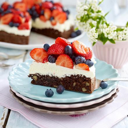 Brownie-Walnuss-Torte mit Erdbeeren und Heidelbeeren Rezept