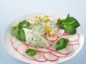 Brunnenkresse-Käsenocken auf Radieschensalat Rezept