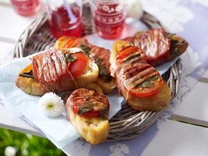 Bruschetta alla Saltimbocca vom Grill (Brotscheibe mit Tomate und Salbei belegt und mit Schinken umwickelt) Rezept