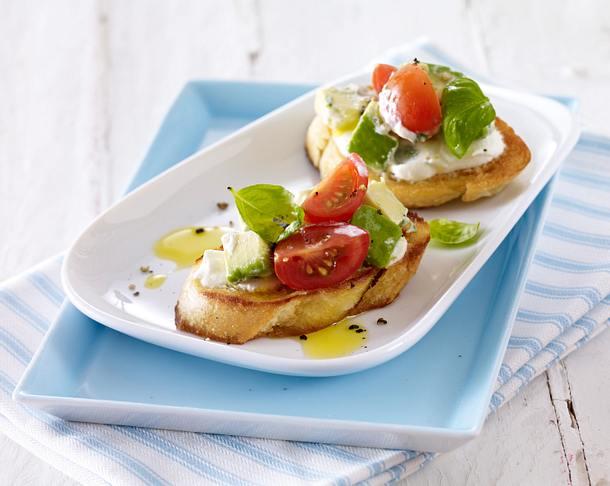 Bruschetta mit Tomate, Avocado, Ricotta und Basilikum Rezept