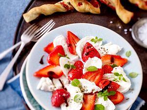 Büffelmozzarella-Erdbeer-Caprese mit Erdbeer-Basilikum-Brotstangen Rezept