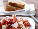 Büffelmozzarella mit Tomatenragout, Serrano Schinken und Röstbrot Rezept