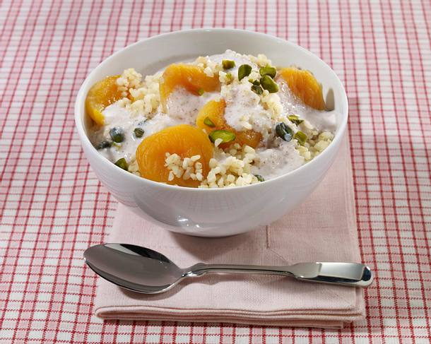 Bulgur-Müsli mit getrockneten Aprikosen und Zimt-Kefir-Dip Rezept