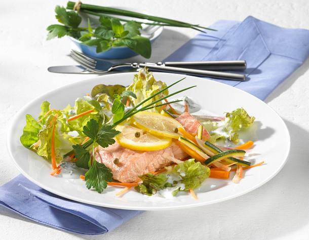Bunte Blattsalate mit Kräuterlachsfilets Rezept