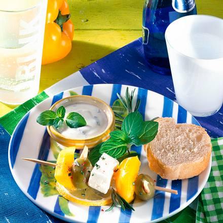 Bunte Feta-Spieße zu Minz-Dip Rezept