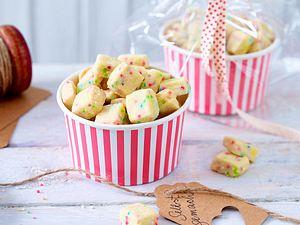 Bunte Kekswürfel mit Zuckerperlen Rezept