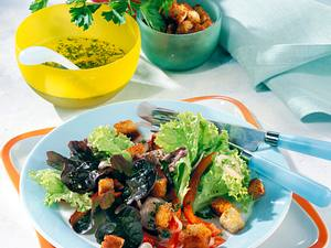Bunter Blattsalat mit Paprika und Croûtons Rezept