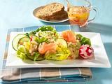 Bunter Blattsalat mit Räucherlachs und Radieschen-Vinaigrette Rezept