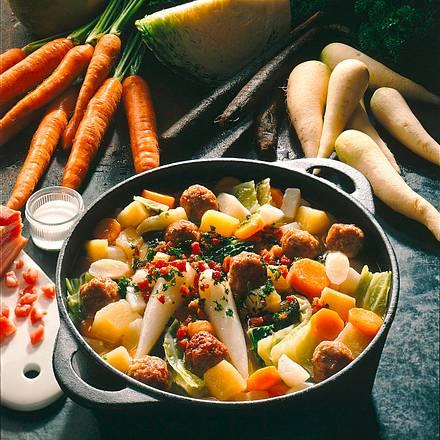 Bunter Gemüseeintopf mit Mettbällchen Rezept