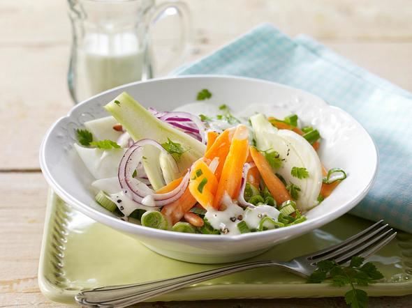Bunter Gemüsesalat mit warmen Knoblauch-Dressing Rezept