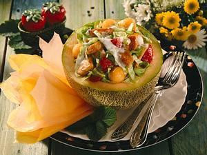 Bunter Hähnchen-Fruchtsalat in Melonenhälften Rezept