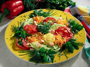 Bunter Kräuter-Salat mit Currycreme Rezept