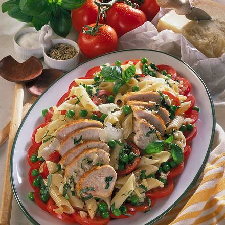 Bunter Nudelsalat mit Basilikum-Vinaigrette und Hähnchenfilets Rezept