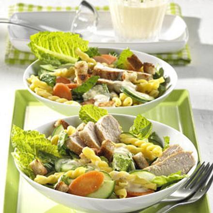 Bunter Nudelsalat mit Hähnchen Rezept