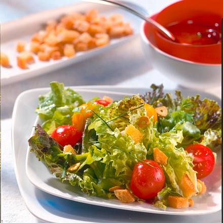 Bunter Salat mit Croûtons Rezept