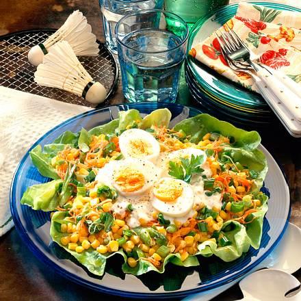Bunter Salat mit geraspelten Möhren, Mais und Lauchzwiebeln Rezept