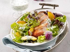 Bunter Salat mit Hähnchenfilets Rezept