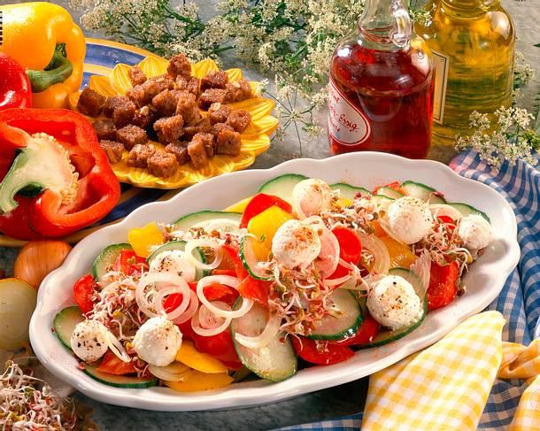 Bunter Salat mit Käsebällchen Rezept