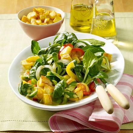 Bunter Salat mit Kartoffel-Croûtons Rezept