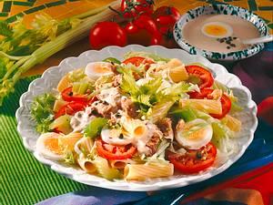 Bunter Salat mit Nudeln und Thunfisch Rezept
