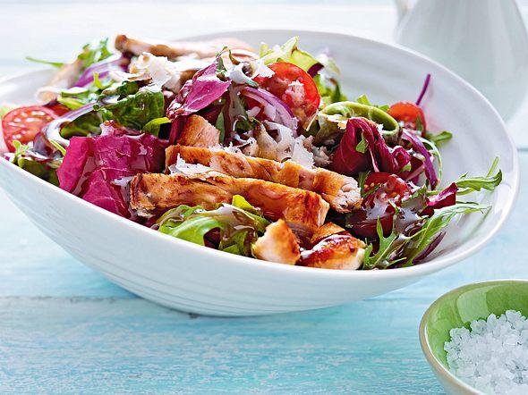 Bunter Salat mit Putenstreifen & Parmesan Rezept
