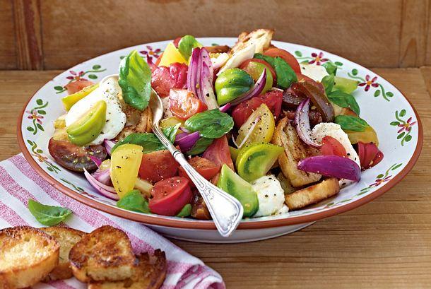 Bunter Tomaten-Ciabatta-Salat mit Mozzarella Rezept