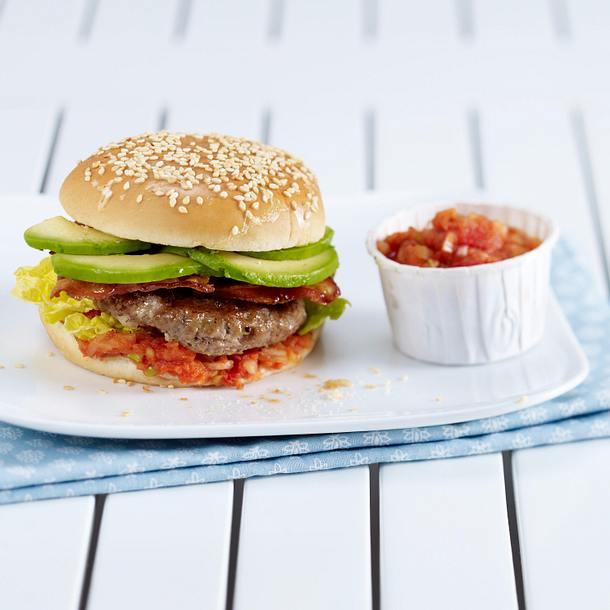 Burger mit Rinderhack, Bacon, Avocado und Tomatensalsa Rezept