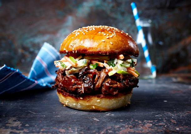 burger mit zerzupftem rindernacken barbecueso e und apfel krautsalat pulled beef burger. Black Bedroom Furniture Sets. Home Design Ideas