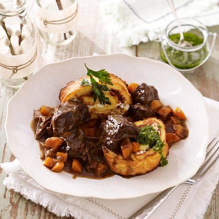 Burgunder-Gulasch und Frischkäse-Tomaten-Roulade Rezept