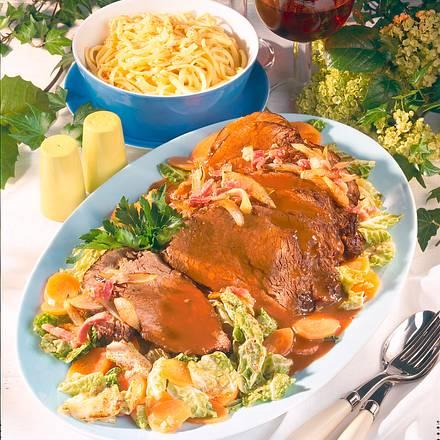 Burgunderbraten mit Wirsing-Möhren-Gemüse und Butter Rezept