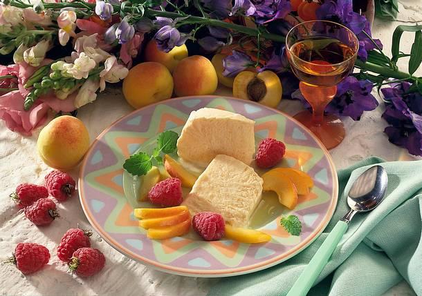 Buttermilch-Aprikoseneis mit marinierten Früchten Rezept