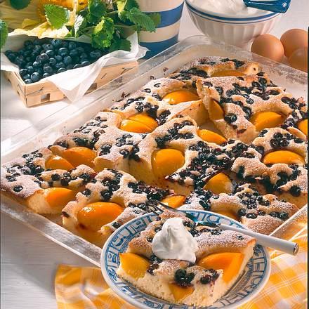 Buttermilch-Kuchen mit Pfirsich & Heidelbeeren Rezept