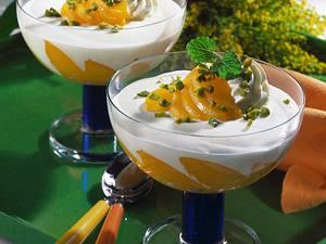 Buttermilch-Sahnecreme auf Pfirsichspalten Rezept