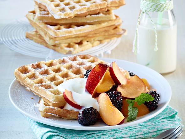 Buttermilch-Waffeln mit Zitronenjoghurt und Obstsalat Rezept