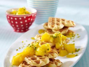 Buttermilchwaffeln mit Mangopüree und Pistazien Rezept