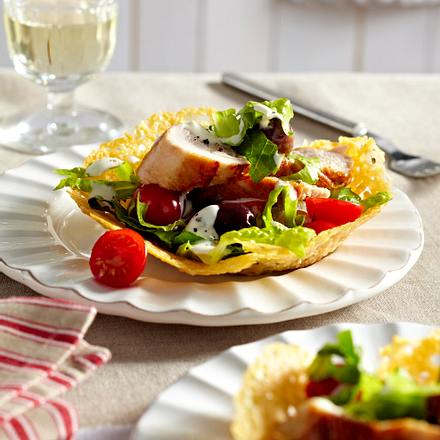Caesar's Salad mit Putenstreifen im Parmesankörbchen Rezept