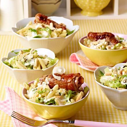 Caesar Salad mit Nudeln und Saltimboccaröllchen Rezept