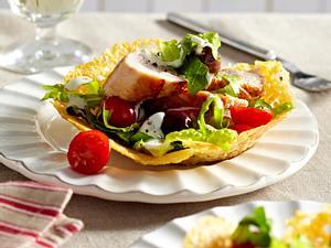 Caesar-Salad mit Putenstreifen im Parmesankörbchen Rezept