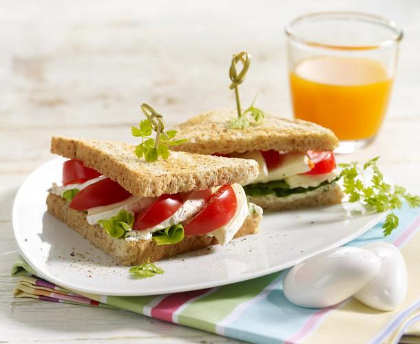 Camembert-Sandwich mit Schnittlauchfrischkäse und Tomaten Rezept