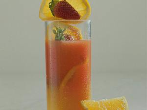 Campari-Orangensaft mit Erdbeeren Rezept