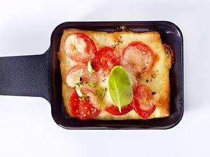 Caprese-Pfännchen mit Kirschtomaten, Mozzarella, Basilikum, Pizzateig Rezept