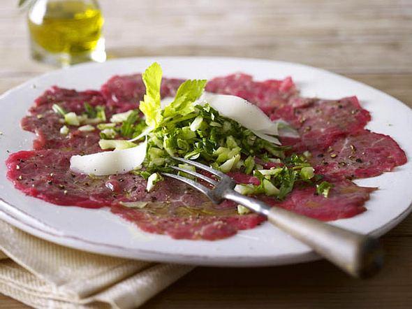 Carpaccio mit Rauke, Sellerie und Parmesan Rezept