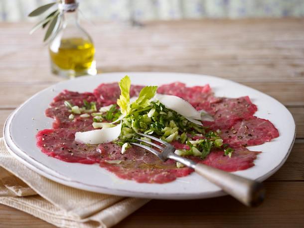 Carpaccio mit Rucola-Sellerie-Salat Rezept