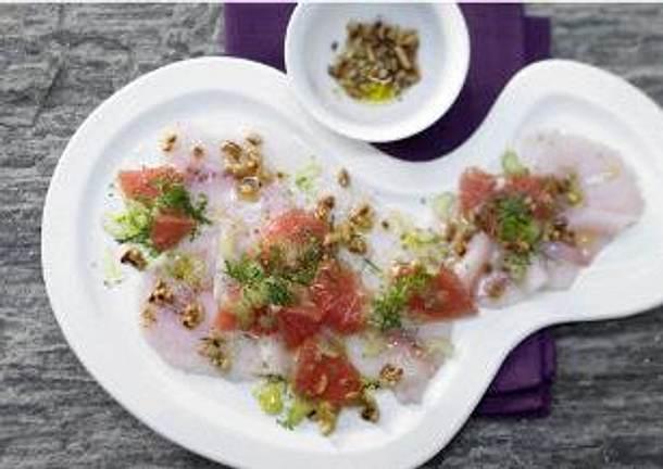 Carpaccio vom Schwertfisch mit Grapefruit, Staudensellerie und Pinienkernen. Rezept