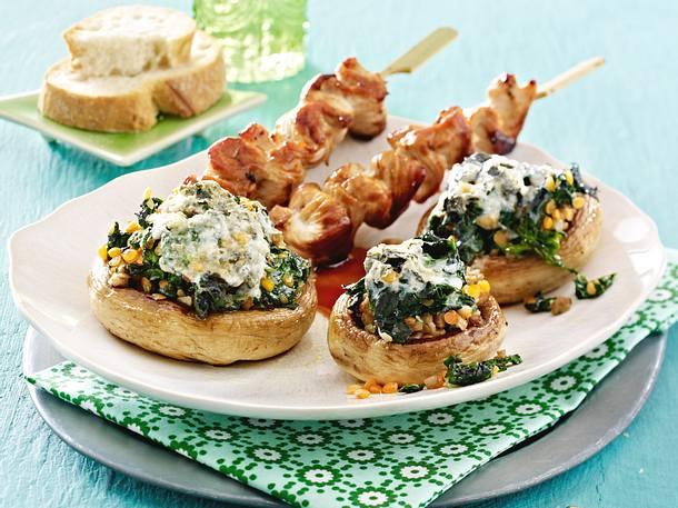 Champignons mit Spinat-Gorgonzola-Füllung und Putenspießchen