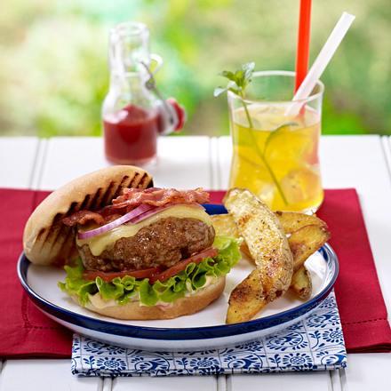 Cheddar Burger mit Paprika-Mayonnaise und Kartoffelspalten Rezept