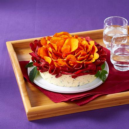 Cheddar-Kräuter Dip mit Chips Rezept