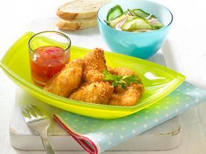 Chicken-Nuggets mit Gurkensalat, süß-saurer Soße und Baguette Rezept