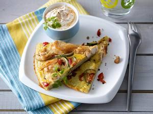 Chicken-Omelett (Omelett mit Hähnchenfleisch, Zucchini und Paprika) und dazu Chili-Schmand Rezept