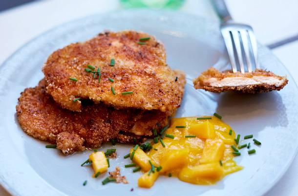 Chicken-Schnitzel mit Cracker-Kruste und Mangosalsa Rezept